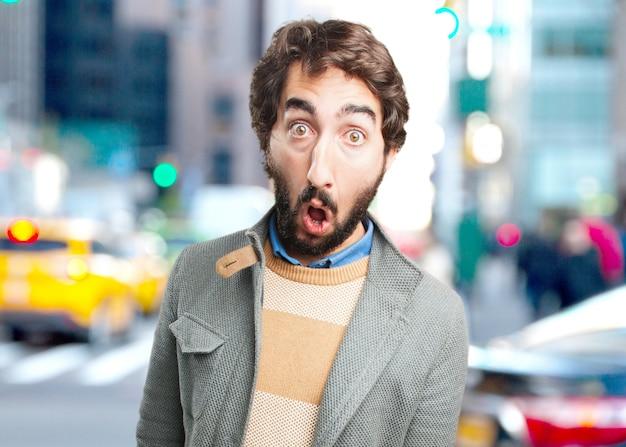 Сумасшедший молодой человек удивлен выражение