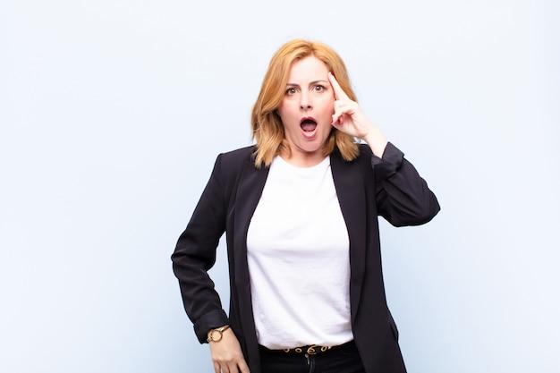 Женщина среднего возраста выглядит удивленной, с открытым ртом, шокированной, осознавая новую мысль, идею или концепцию