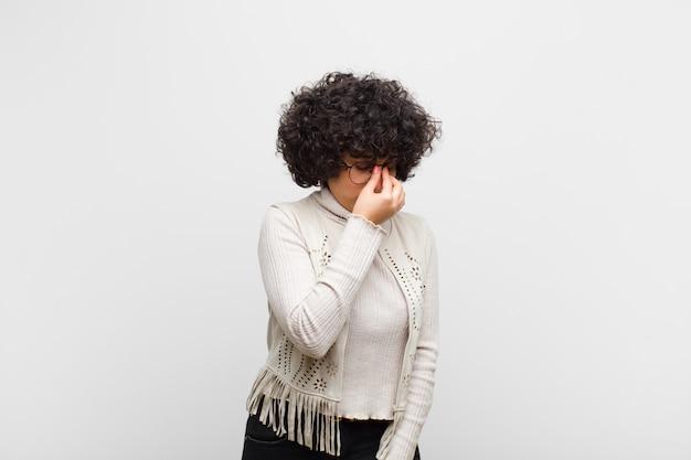 ストレスを感じて若いかなりアフロ女性