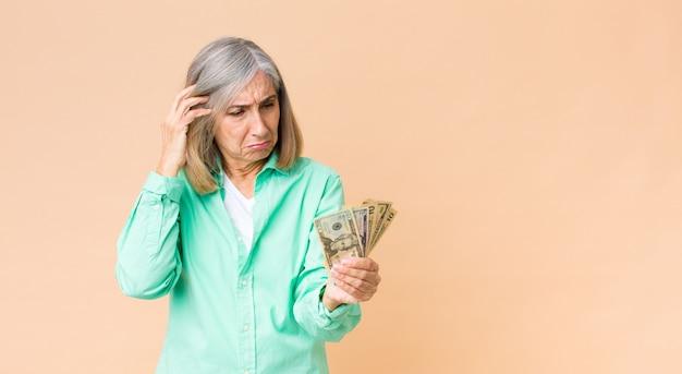 ドル紙幣と中年のきれいな女性