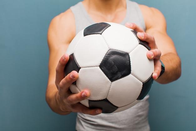 サッカーボールを持つ若いアラビア人。スポーツコンセプト