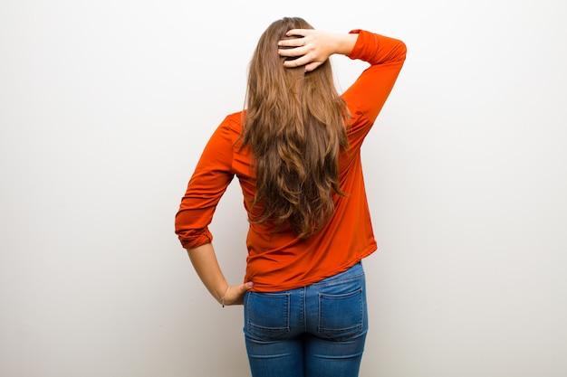 Думать или сомневаться, чесать голову, чувствовать недоумение и растерянность, вид сзади или сзади