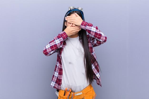 カメラにノーと言って両手で顔を覆っている!写真の拒否または写真の禁止