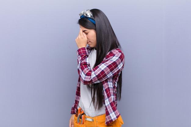 ストレスを感じる、不幸でイライラする、額に触れる、激しい頭痛の片頭痛に苦しむ