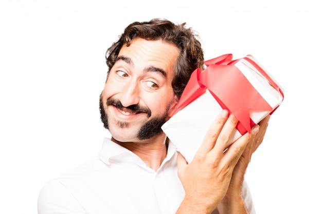 手に贈り物を持つ男は中身を知るしようとしています