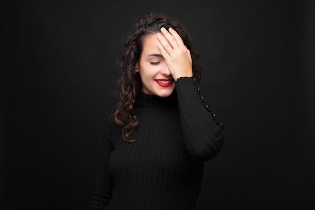 女性の笑いと額を平手打ち