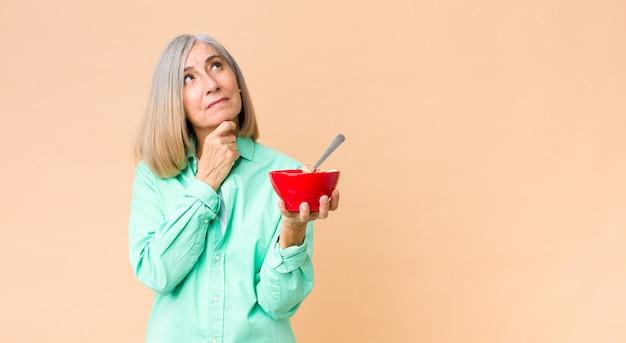 Красивая женщина среднего возраста с чашей для завтрака