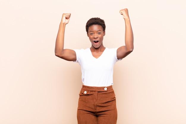 勝者のような信じられないほどの成功を祝って、興奮して幸せそうに見えてそれをとってください!