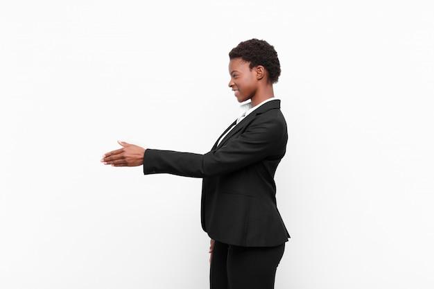 Улыбаясь, приветствуя вас и предлагая рукопожатие, чтобы закрыть успешную сделку, концепция сотрудничества
