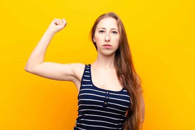 深刻で、強く、反抗的な気持ちで、拳を上げ、抗議し、革命のために戦う