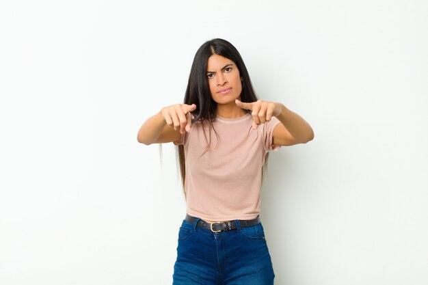Женщина, указывая пальцами вперед и сердитым выражением лица, говоря вам, чтобы выполнить свой долг