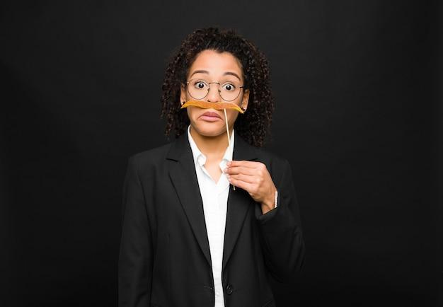 Чувствовать себя смущенным и сомнительным, задаваться вопросом или пытаться выбрать или принять решение