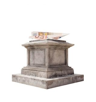大理石の台座に折り畳まれた紙幣