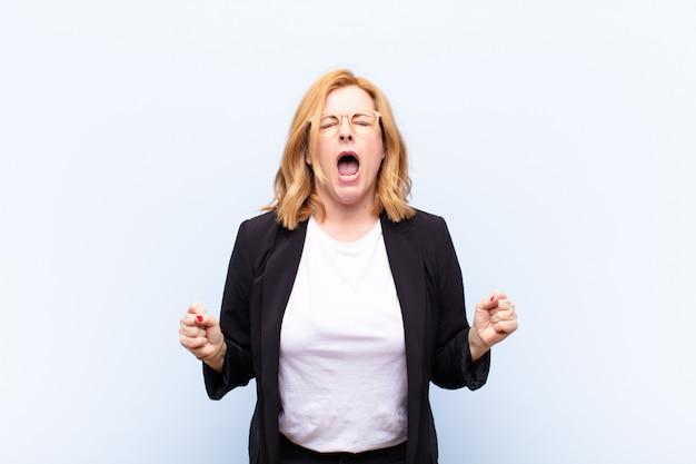 積極的に叫び、非常に怒り、欲求不満、怒り、またはイライラして、叫びません
