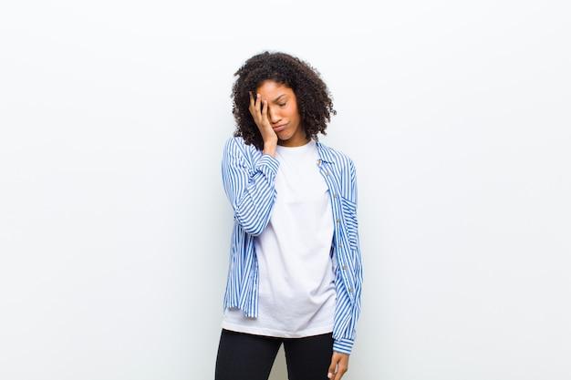 ストライプのシャツと失望した表情豊かな顔の女性