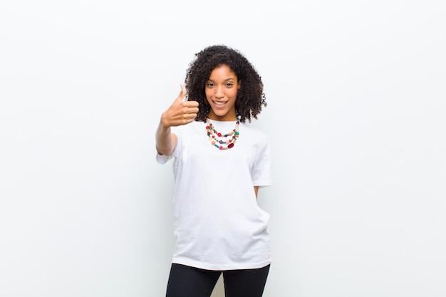 登録して親指を表示しながらポーズをとって若いアフリカ系アメリカ人女性