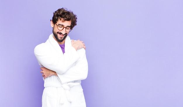 Молодой человек в халате обнимаются и обнимаются