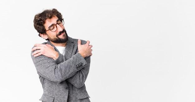 Молодой элегантный мужчина обнимаются и обнимаются