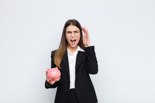 Женщина кричит с поднятыми вверх руками, чувствуя ярость, разочарование, стресс и расстройство