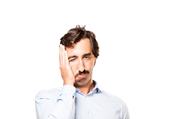 Крупным планом беспокоит человека с рукой на его лице