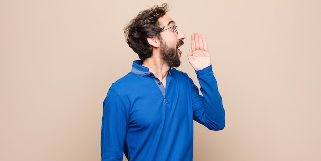縦断ビューの男、幸せそうで興奮している、叫び、側のスペースをコピーするように呼びかけている