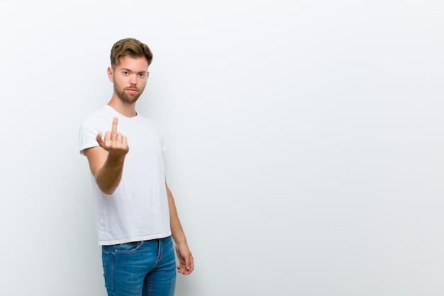 Чувствуя злость, раздражение, мятежность и агрессивность, переворачивая средний палец, сопротивляясь