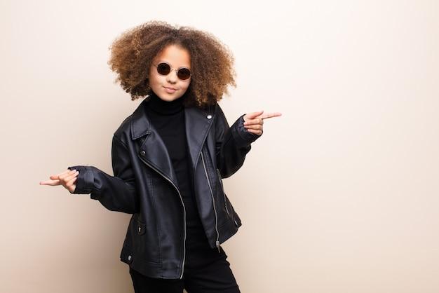 平らな壁にアフリカ系アメリカ人の少女。クールなコンセプト