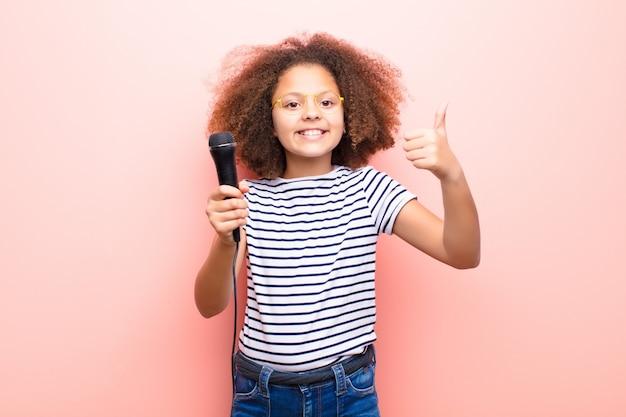 マイクを使って平らな壁にアフリカ系アメリカ人の女の子