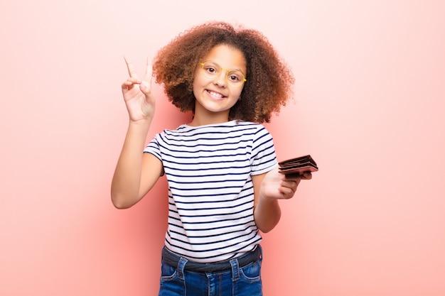 財布で平らな壁にアフリカ系アメリカ人の女の子