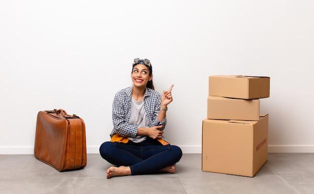 ボックスと革のスーツケースのスタックを持つ女性