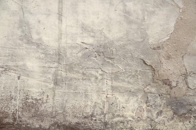 Влажная бетонная стена