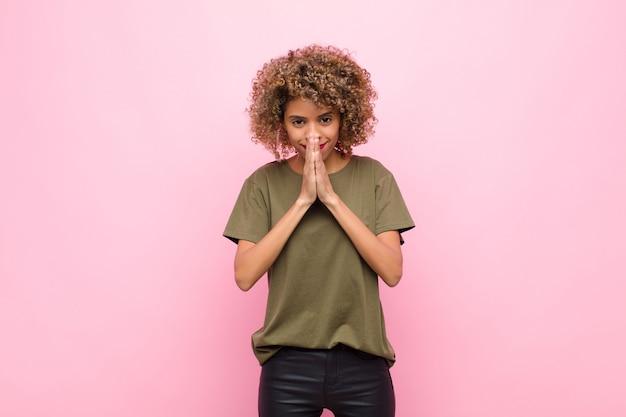 Чувствуя беспокойство, надежду и религиозность, верно молясь с прижатыми ладонями, прося прощения