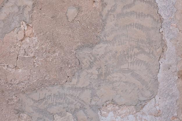 Зашпаклевана повреждены стены
