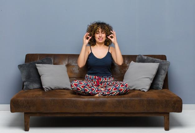 Смотреть сосредоточенно и медитировать, чувствовать себя удовлетворенным и расслабленным, думать или делать выбор