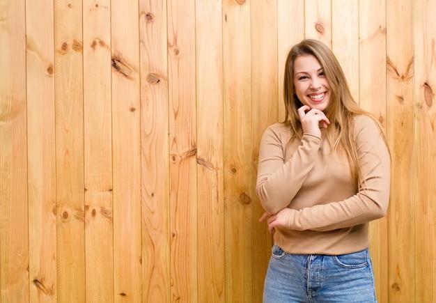 顎に手を当てて幸せそうに笑って、疑問に思ったり質問したり、オプションを比較する