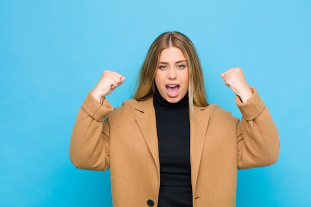Агрессивно кричать с сердитым выражением лица или сжать кулаки, празднуя успех