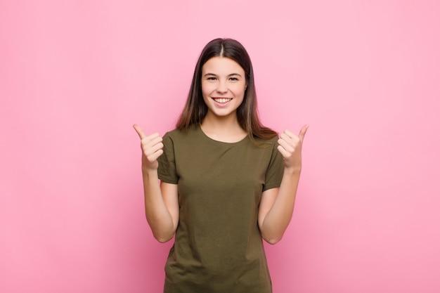 嬉しそうに笑って幸せそうに見える、両親指を上にしてのんきで前向きな気持ち