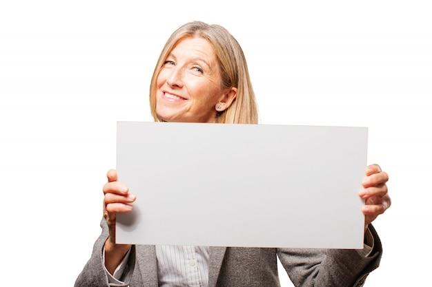 Улыбка женщины, держащей белый плакат