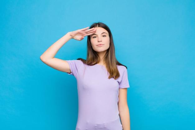 Приветствие камеры военным салютом в акте чести и патриотизма, проявление уважения