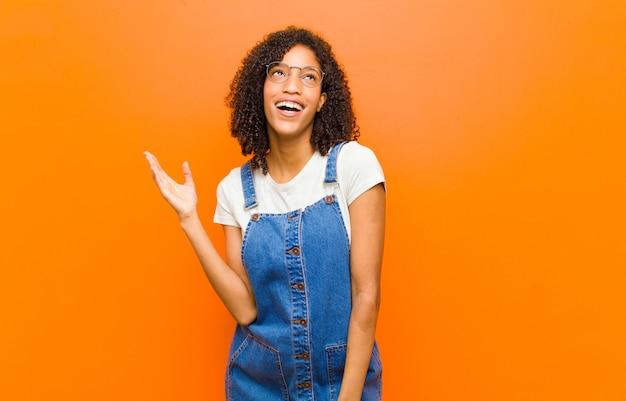 Чувствовать себя счастливым, удивленным и веселым, улыбаться с позитивным настроем, осознавая решение или идею
