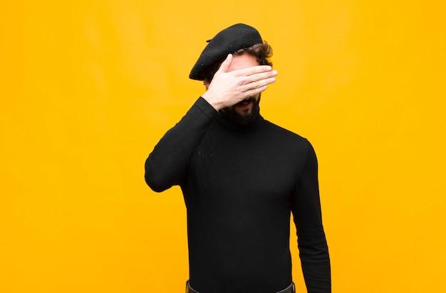Закрывать глаза одной рукой, чувствуя испуг или тревогу, удивляясь или слепо ожидая сюрприза