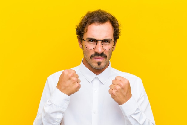 Выглядит уверенным, злым, сильным и агрессивным, с кулаками, готовыми драться в боксерской позиции