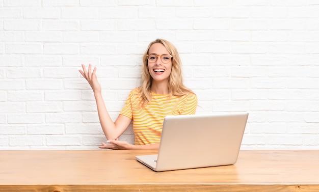 Улыбаться гордо и уверенно, чувствовать себя счастливым и довольным ноутбуком