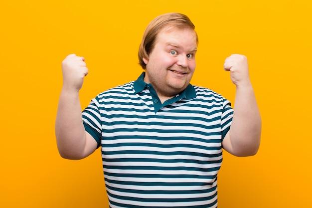 幸せで、驚いて、誇りに思って、大きな笑顔で叫んで成功を祝う
