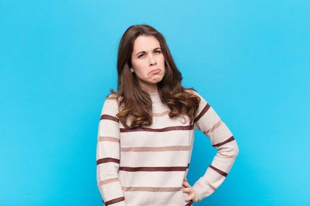 悲しげで不機嫌そうな顔つき、否定的で欲求不満な態度で泣いている