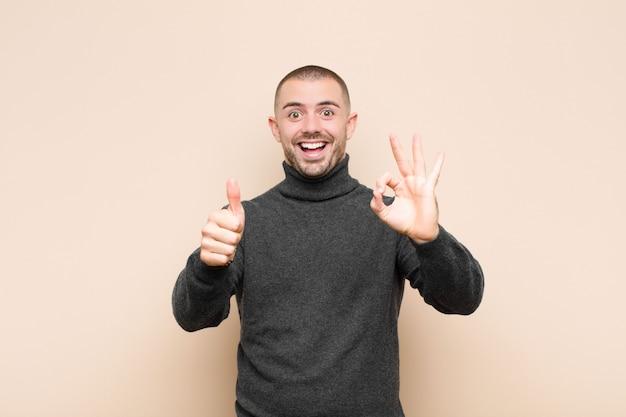 幸せ、驚き、満足、驚きの気持ち、大丈夫、親指のジェスチャー、笑顔
