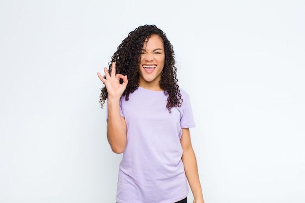 成功して満足している、口を大きく開いて笑顔、手で大丈夫なサインを作る