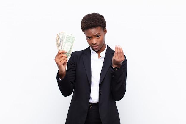 Делая жест или деньги, говоря вам, чтобы оплатить свои долги!