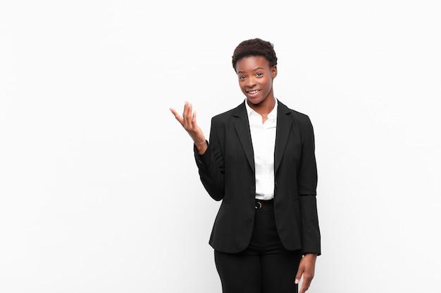 幸せ、驚き、陽気、前向きな姿勢で笑顔、解決策やアイデアを実現する