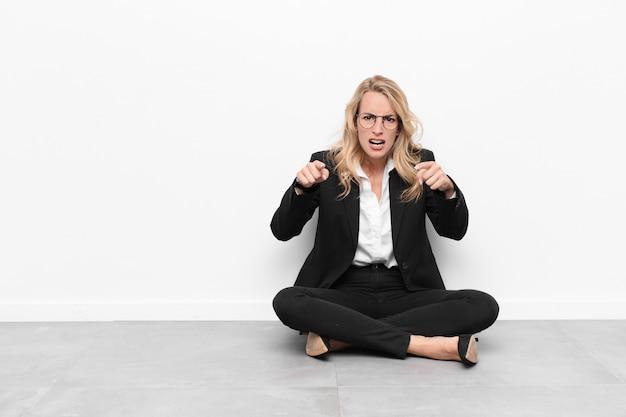 Указывая пальцем на камеру вперед и сердитым выражением лица, говоря вам, чтобы выполнить свой долг